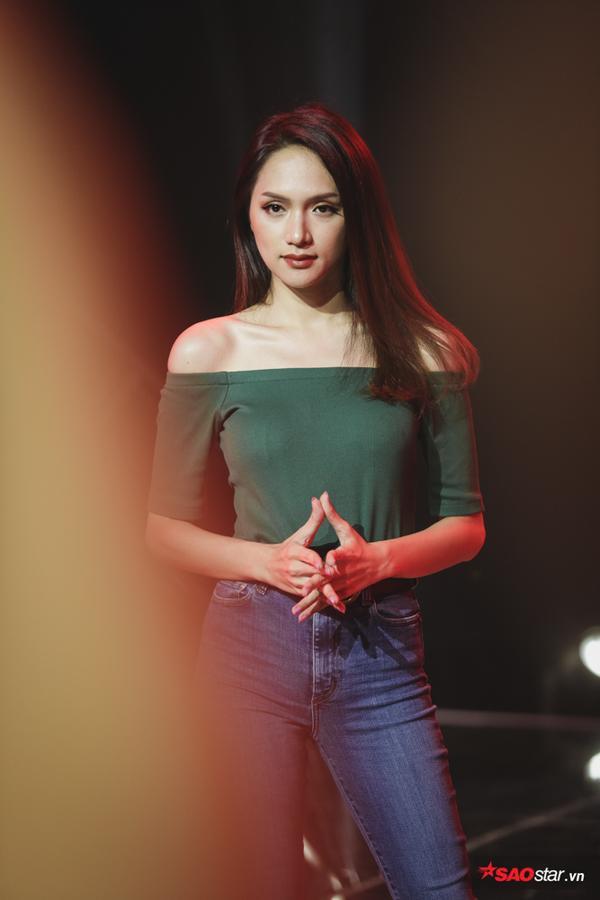 Khoảnh khắc đẹp: Hoa hậu Hương Giang nhìn ngắm Top 10 The Tiffany  Giấc mơ đã thành hiện thực!