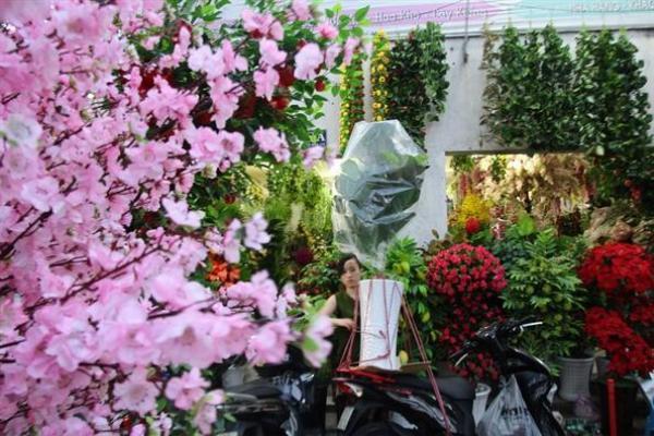Hoa giả đắt khách vì được làm y như hoa thật.