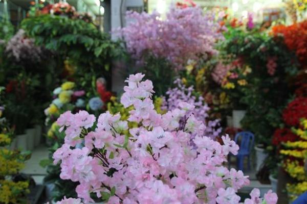 Các cửa hàng nơi đây kinh doanh hoa giả quanh năm, nhưng cận tết, là thời điểnm các loại hoa mai, đào, lan giả… hút khách.
