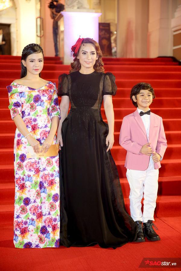 Dàn sao trên thảm đỏ Mai Vàng 2018: Lâm Vỹ Dạ đến bằng xích lô, Hoa hậu Tiểu Vy tỏa sáng, Thúy Ngân không rời Trung Dũng