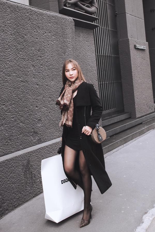 Quỳnh Thư điểm xuyến trên trang phục nguyên cây đen bằng khăn quàng cổ và túi xách của nhà mốt LV