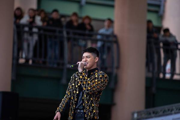 Mang Tết Việt lưu diễn Đài Bắc, Noo Phước Thịnh rạng rỡ quây quần trong vòng tay của Kiều bào: Đúng là người có tầm ảnh hưởng!