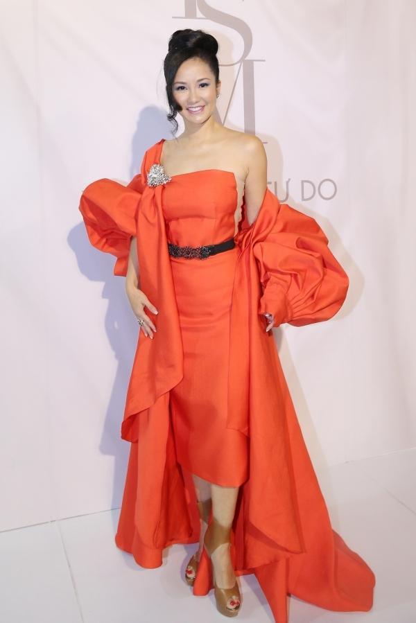 Hồng Nhung tiếp tục lọt vào danh sách sao mặc xấu với bộ váy cam nặng nề, phần tay áo phồng rũ tưởng sẽ là điểm nhấn làm nổi bật nhưng cuối cùng lại tạo cảm giác cô đang mang… hai cục tạ trên vai.