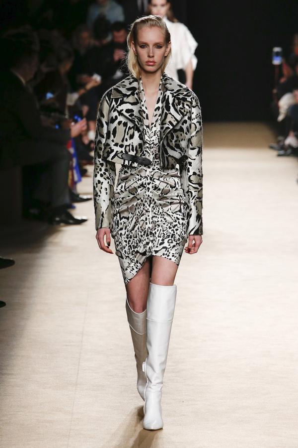 Được biết, đây là một sáng tạo của nhà mốt Roberto Cavalli. Tuy nhiên, khi mặc lên vóc dáng người mẫu và được Minh Hằng diện là hai thái cực khác nhau hoàn toàn.