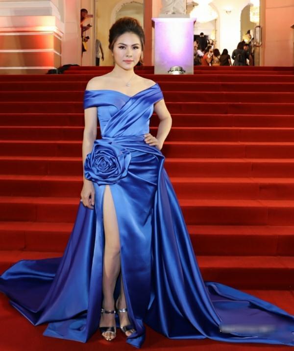 Gương mặt Vân Trang vẫn đẹp, chiếc váy sang trọng không điểm nào bàn nhưng chiều cao của nữ diễn viên đã bị dìm hàng tơi tả. Cô nàng còn để lộ đôi chân mũm mĩm và phần vai tròn trịa. Thiết nghĩ, đây là bộ váy chỉ thích hợp với những người đẹp có vóc dáng cao, thon thả.