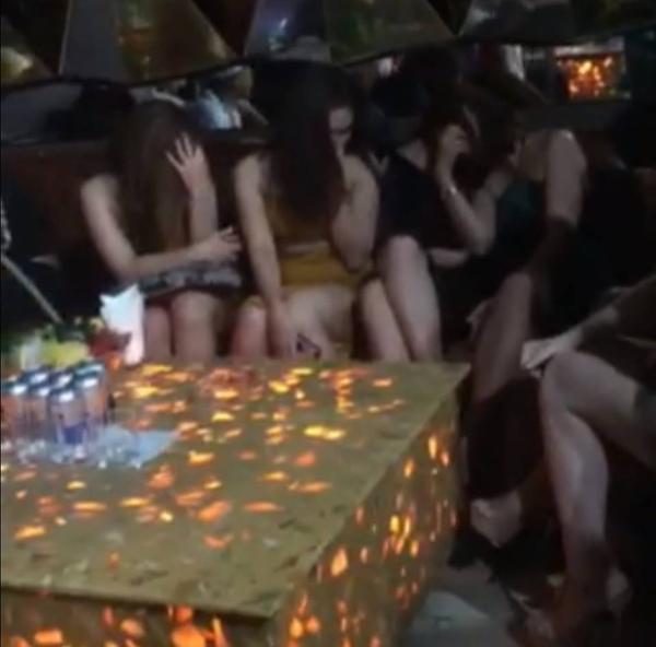 Gần 50 dân chơi có biểu hiện nghi phê ma túy. Ảnh: Dân Việt