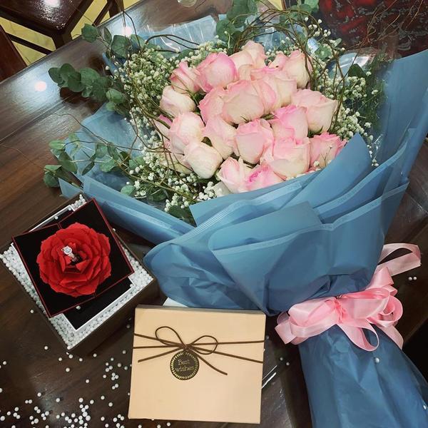 Cận cảnh món quà kỳ niệm 1 năm ngày cưới của Hải Quế dành tặng vợ.
