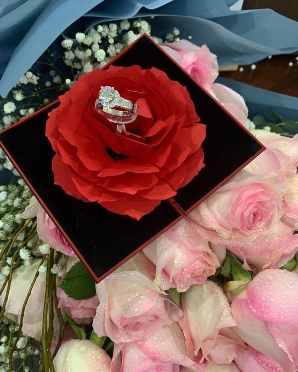 Thùy Phương chia sẻ những món quà được nam hậu vệ tặng cô trên trang cá nhân nghẹn ngào viết: