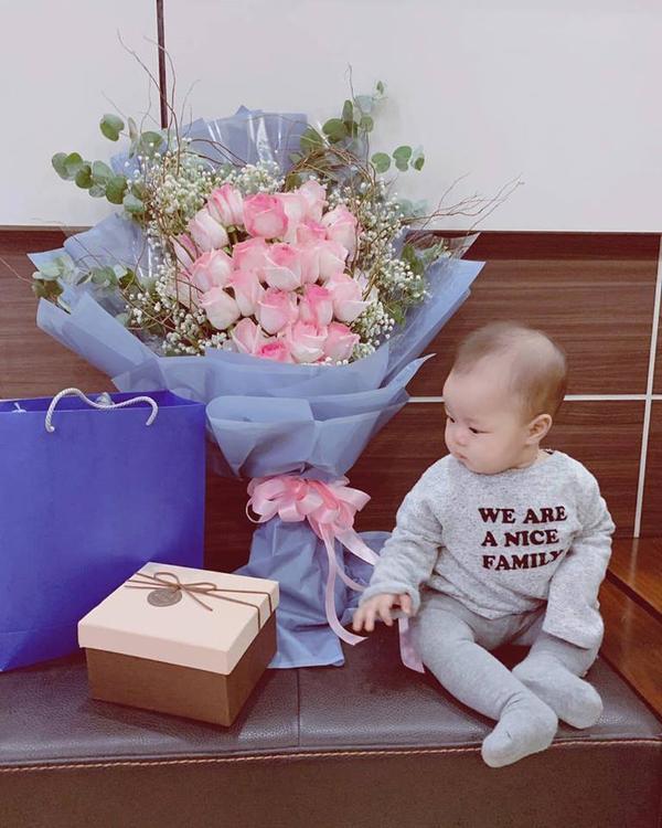Hình ảnh đứa con kháu khỉnh bên những món quà của ba Hải tặng mẹ Phương,