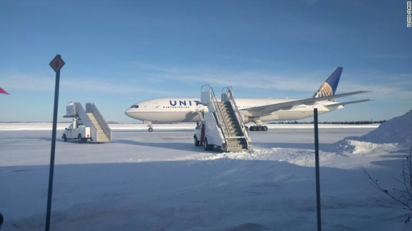 Máy bay của United Airline mắc kẹt trên đường băng suốt hơn 14 tiếng.