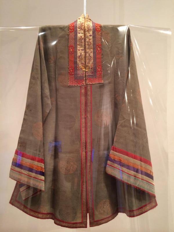 Hiện vật áo Nhật Bình tại bảo tàng.