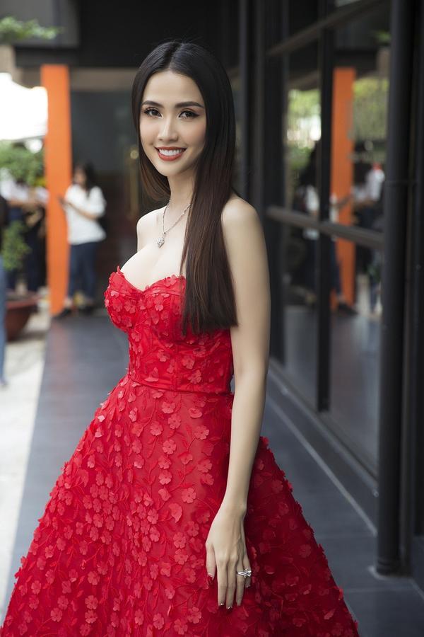 Người đẹp gốc Tiền Giang dịu dàng và gợi cảm với sắc váy quây cúp ngực màu đỏ khoe khéo đôi gò bồng đảo cùng làn da trắng nõn nà.