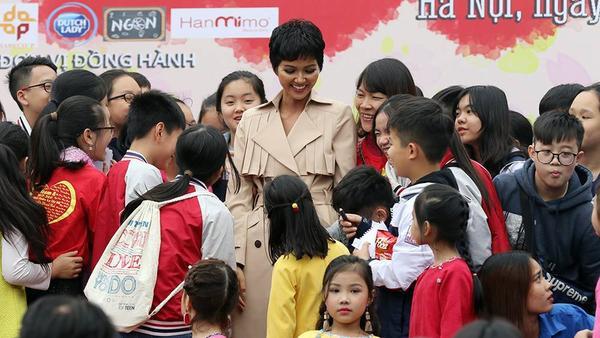 Lần đầu gói bánh chưng, HHen Niê đặt để câu nói gây bão tại Miss Universe vào trẻ em nghèo