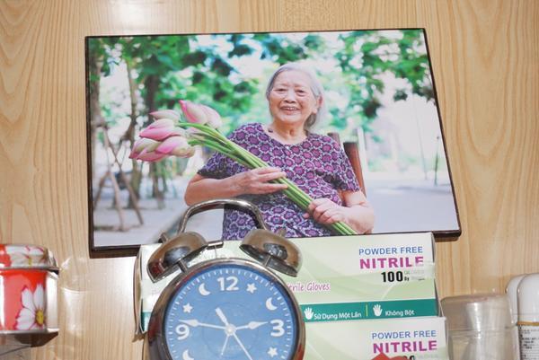 Bức ảnh chân dung bà Dung được mọi người tặng.
