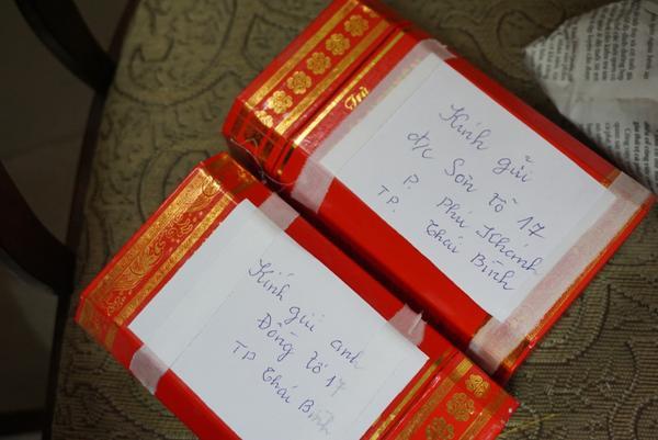 Bà Dung chuẩn bị những món quà nhỏ tặng mọi người.
