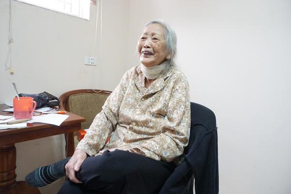 Bà Dung lạc quan vui tươi ở tuổi 89 khi ở viện dưỡng lão.
