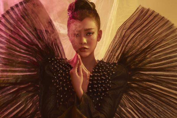 Ngọc Ny The Voice hóa nàng bướm bí ẩn, gợi cảm, thu hút mọi ánh nhin
