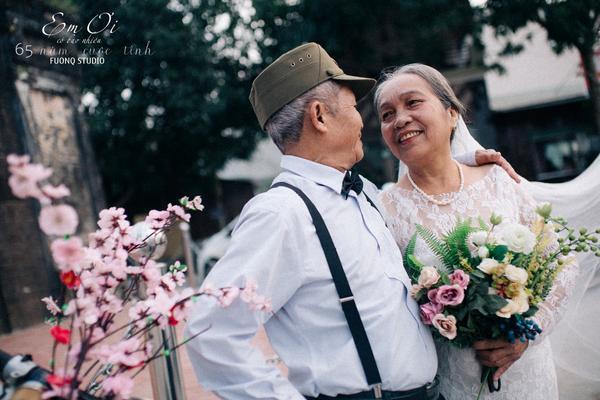 Cặp đôi trao nhau ánh mắt vô cùng tình cảm