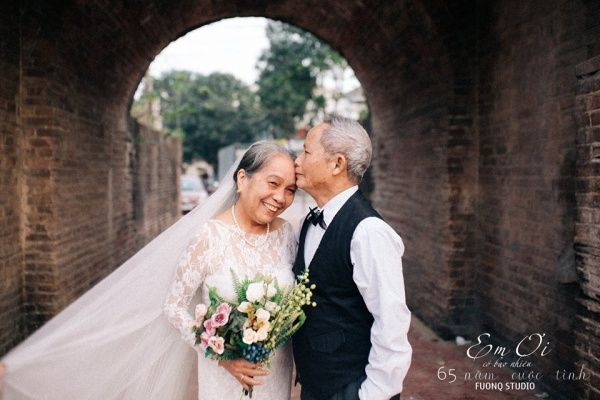 Phát sốt bộ ảnh kỉ niệm 65 năm ngày cưới của cặp vợ chồng già: Ông ngày nào cũng hỏi bà có còn yêu anh không?
