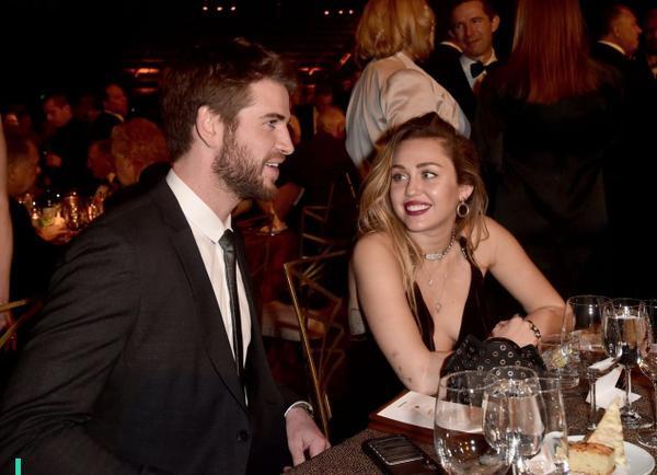 Khoảnh khắc ngượng ngùng của Miley Cyrus khi bất ngờ được Liam Hemsworth nhắc đến trên sóng trực tiếp