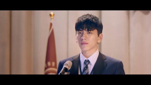 Chưa hết đâu, soái ca Vương Đại Lục với bộ đồng phục này, còn làm khán giả mường tượng đến đồng phục có một không hai trong những bộ phim Hàn Quốc nữa kìa!
