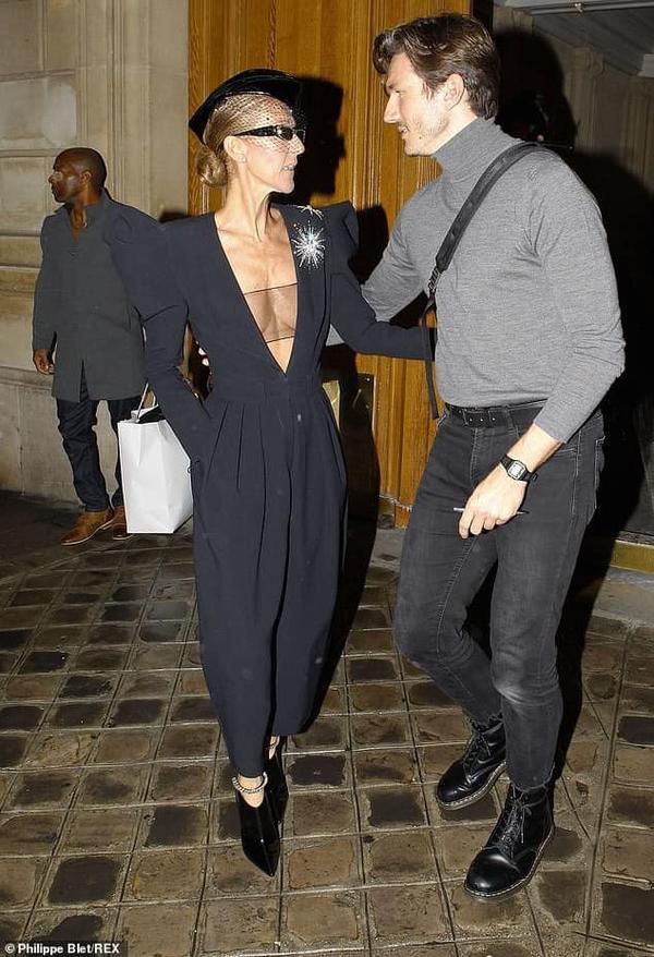 Lựa chọn bộ jumpsuit xẻ ngực sâu quả là một sai lầm của Celine.