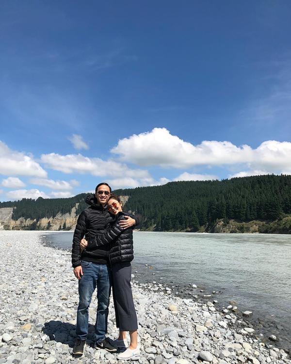 Hai vợ chồng nhà Hà Tăng cùng chọn cho mình áo khoác phao đôi trong dịp đi du lịch gần đây.