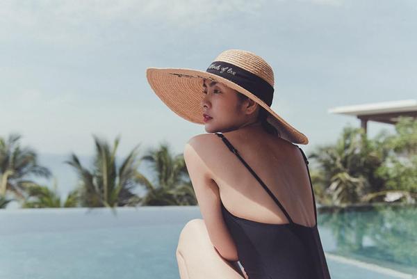Nửa kín nửa hở với swimsuit một mảnh phối cùng chiếc mũ vành chất liệu rơm