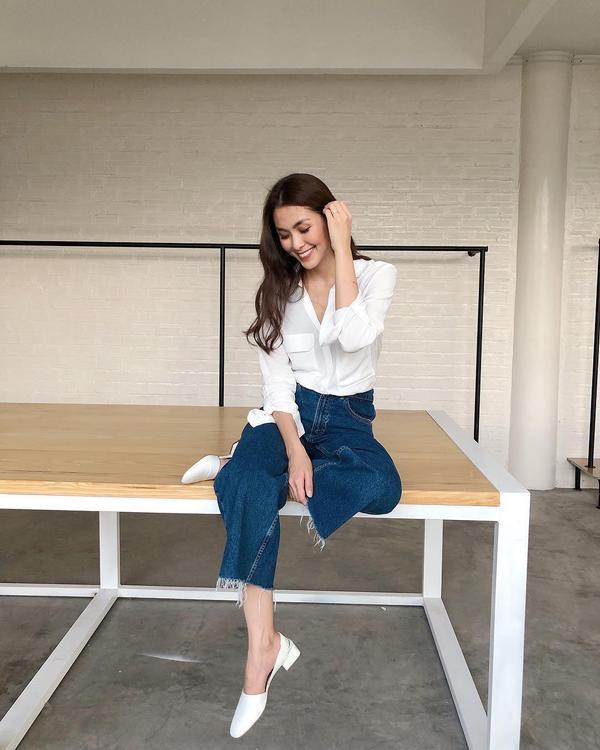 Chỉ mặc giản dị với áo sơ-mi trắng cùng jean lửng tua rua phần gấu quần, Tăng Thanh Hà vẫn đẹp rạng rỡ và tươi trẻ ở tuổi 33.