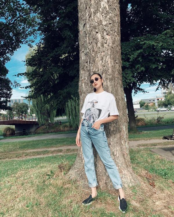 Streetstyle đơn giản với áo sơmi, quần jeans, Tăng Thanh Hà vẫn toát lên vẻ nữ tính, tinh tế.