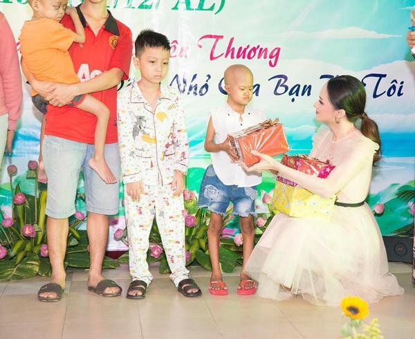 Hương Giang gửi lời chúc đến những em bé trong bệnh viện và những người không may mắn có sức khỏe tốt.