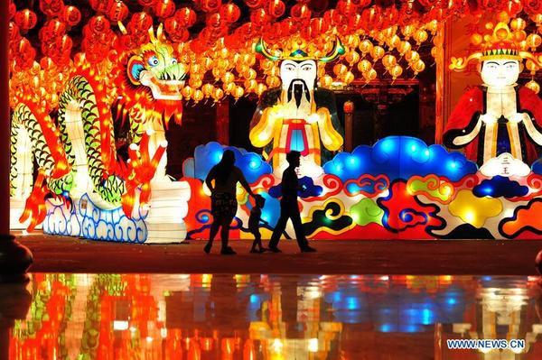 Những chiếc đèn lồng rực rỡ sắc màu với nhiều hình dáng được bày trí tại một ngôi đền của người Hoa ở Bangkok, Thái Lan, để chào đón năm mới.