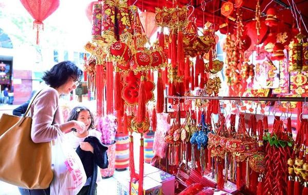 Hai mẹ con dắt nhau sắm đồ trang trí Tết ở phố người Hoa tại Los Angeles, bang California, Mỹ vào hôm 1/2. Năm nay, thành phố sẽ tổ chức kỷ niệm lần thứ 120 lễ diễu hành Múa Lân vào ngày 9/2.