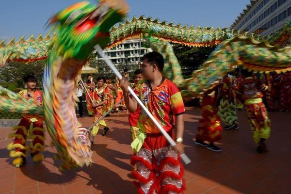 Đoàn múa lân biểu diễn trên đường phố Phnom Penh, thủ đô Campuchia hôm 1/2.