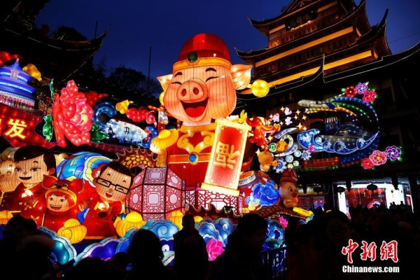 Lễ hội đèn lồng ở Thượng Hải, Trung Quốc được tổ chức vào ngày 1/2, thu hút đông đảo người dân và khách du lịch tới thưởng thức.