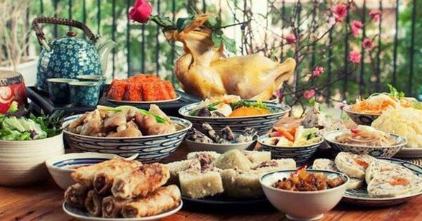 Ngày cuối cùng của năm cũ âm lịch, các thành viên trogn gia đình thường sum vầy bên nhau, thưởng thức mâm cỗ Tất niên.
