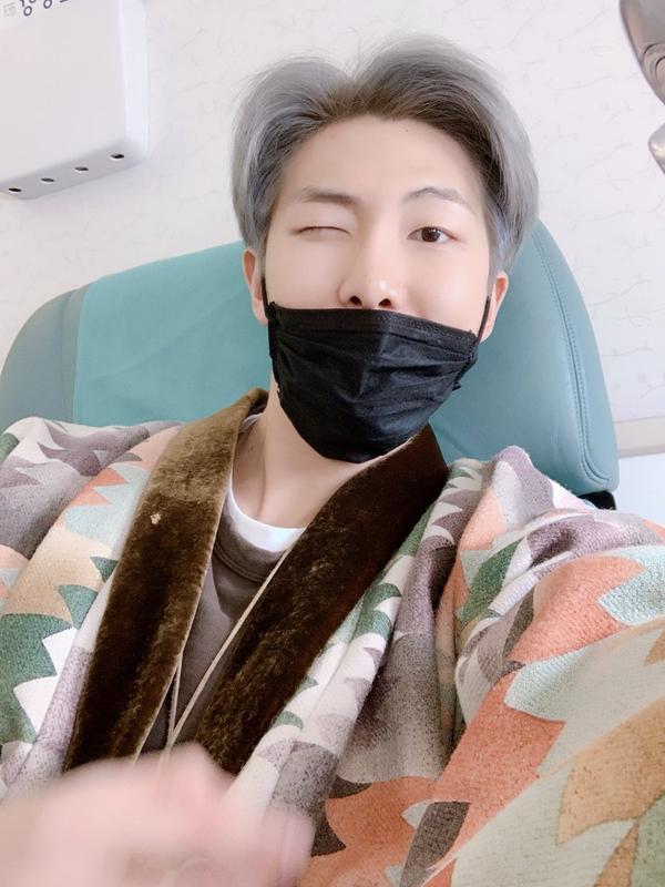 BTS háo hức khoe ảnh trên máy bay đến Los Angeles dự Grammy Awards 2019: V nhắng nhít với mũi heo trend Kỷ Hợi