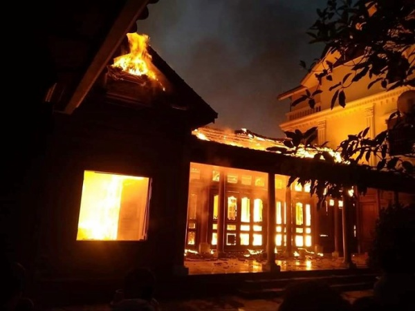 Ngôi nhà gỗ bốc cháy dữ dội