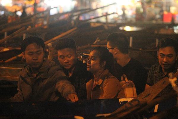 Nhiều người đi thật sớm để kịp ngày khai hội, tránh tình trạng ùn tắc, đông cứng người.