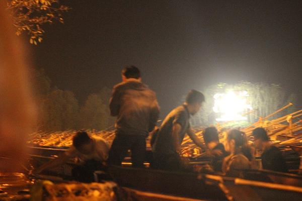 Đến rạng sáng ngày mùng 6 Tết, dòng người mỗi lúc lên thuyền một đông.