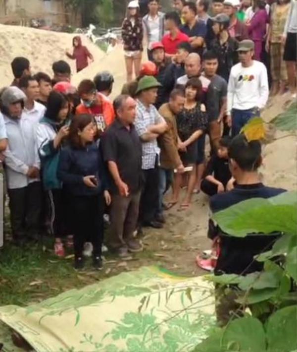 Rất đông người dân tập trung tại khu vực đưa thi thể nạn nhân lên bờ.