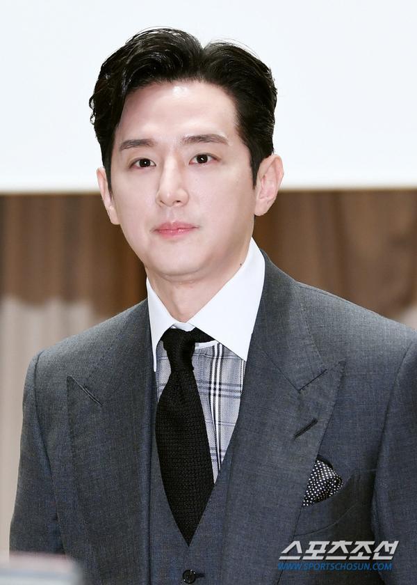 Kwon Yul lịch lãm.