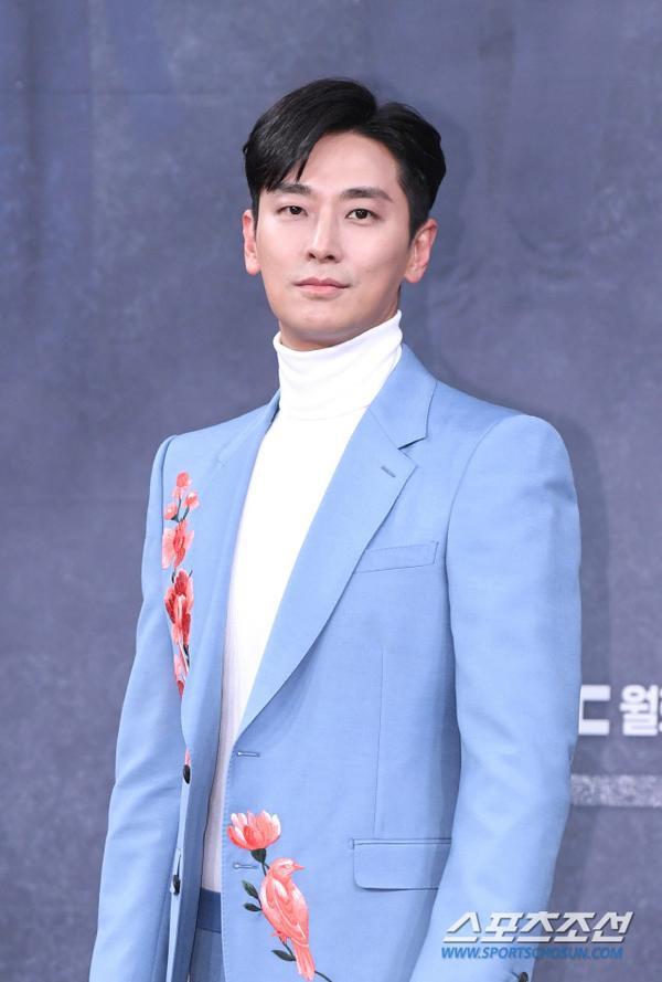 Mặc cho Item  Haechi là đối thủ, Joo Ji Hoon vẫn cảm ơn và ủng hộ phim của Jung Il Woo