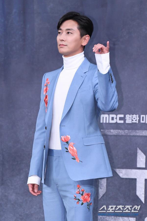 Joo Ji Hoon  Kim Kang Woo bảnh trai, tương tác ngọt ngào với Jin Se Yeon tại họp báo Item