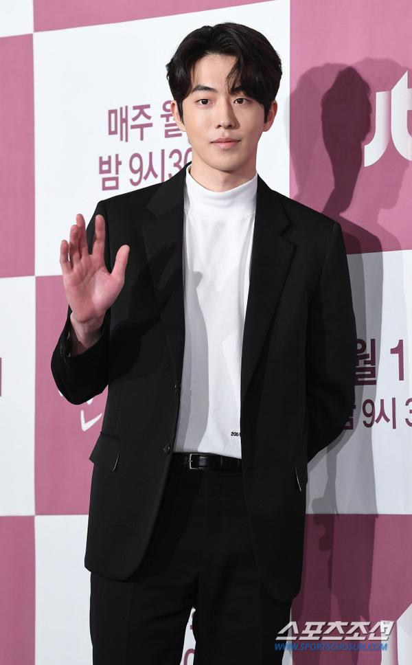 Nam Joo Hyuk thanh lịch, và trưởng thành hơn so với tuổi.