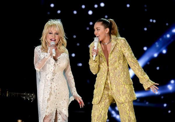 Miley Cyrus cũng đã vinh dự được hòa giọng cùng Dolly Parton.