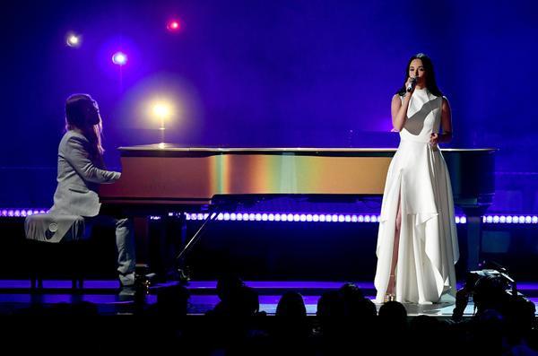Kacey bên chiếc đàn piano.