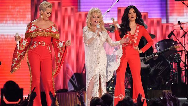 Katy Perry cũng góp mặt trong màn trình diễn ấn tượng này.