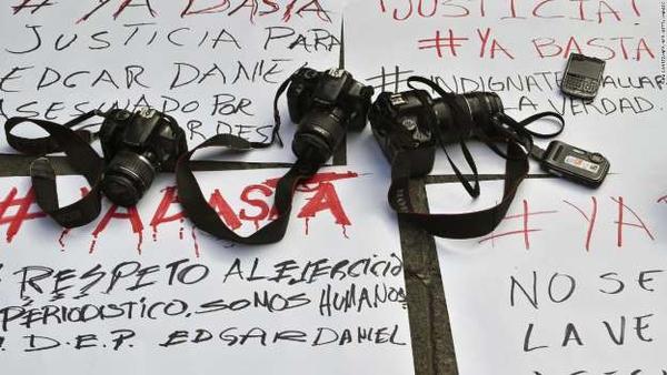 Nhà báo Mexico đang ăn sáng thì bị bắn chết