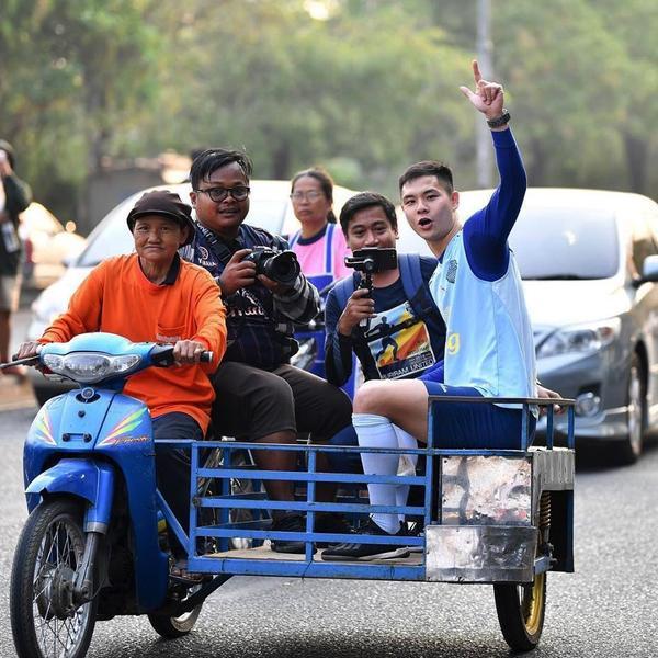 Vừa sang Thái Lan, Xuân Trường đã gây thương nhớ bằng hình ảnh đi ăn vỉa hè